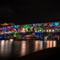 Firenze, Ponte Vecchio si trasforma in un tela di luci e colori