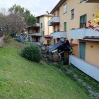 Firenze, l'auto va fuori strada e si schianta contro un palazzo