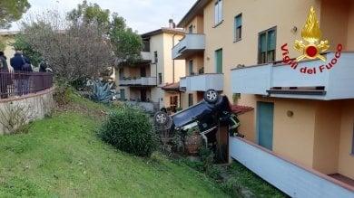 L'auto va fuori strada e si schianta  contro un palazzo  foto