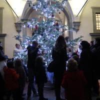 Firenze, illuminato l'abete di Natale nel cortile dell'Istituto degli Innocenti