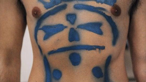 Pisa Calendario.Una Pancia Tatuata In Copertina Uno Che Studia A Piedi