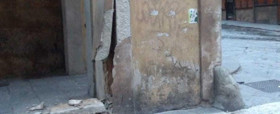 Firenze, furgone pirata urta danneggiando gravemente colonna del Vasariano