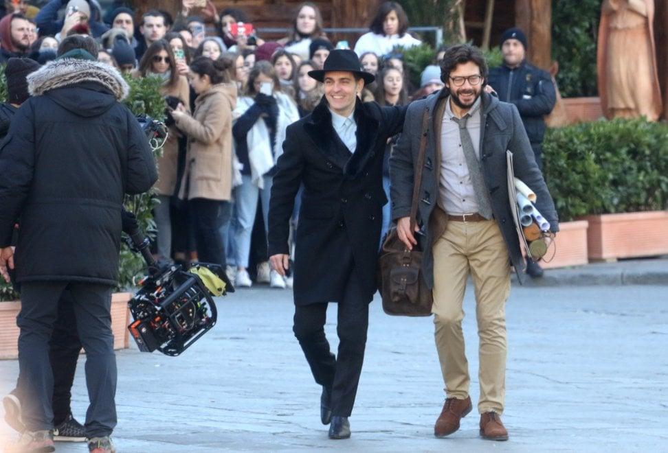 Fan in delirio per il cast di 'La Casa di Carta 3' in centro a Firenze