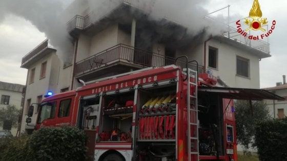 A fuoco appartamento nel Pistoiese: ferita un'anziana