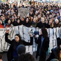 Senza aule e costretti ai doppi turni, studenti in piazza a Livorno da cinque giorni