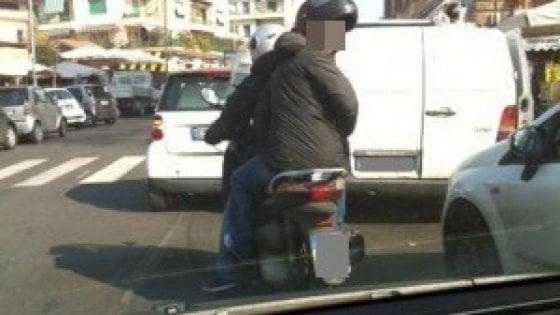 Gettano liquido sul volto di un immigrato e di un italiano a Pisa