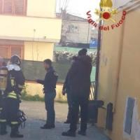 Principio d'incendio in un palazzo a Pisa, uomo si lancia dal secondo piano