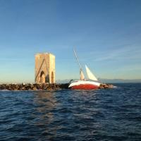 Livorno, il mistero della barca a vela incagliata sugli scogli della Meloria