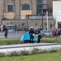 Firenze, monta tenda da campeggio in piazza stazione: multata