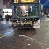 Firenze, scontro tra auto e bus in via Datini: tre in ospedale