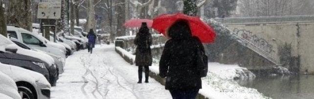 Martedì allerta neve in Toscana: scuole chiuse in alcuni comuni, Trenitalia attiva il piano anti-gelo