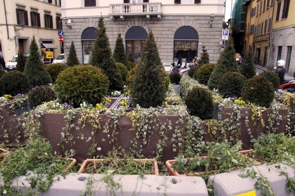 Firenze, rotonda verde e fiorita in piazza Goldoni