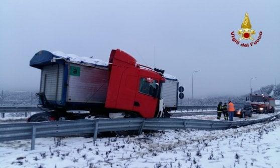 Maltempo in Toscana, auto bloccate dalla neve tra Siena e Grosseto
