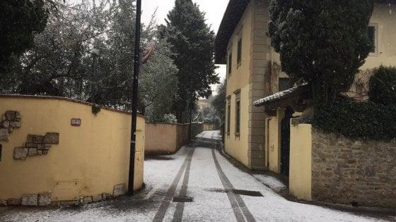 Firenze, ghiaccio: incidenti e code. Tramvia bloccata per 3 ore. Neve da Prato ad Arezzo