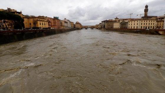 Maltempo in Toscana, allerta per i fiumi in piena. A Firenze chiuso per precauzione Ponte Vespucci