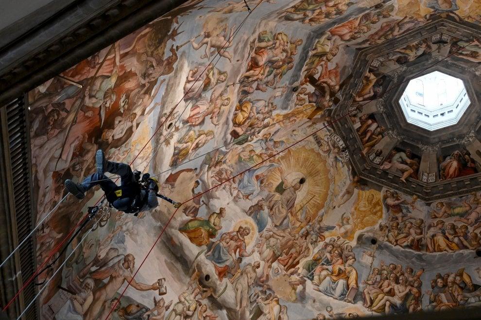 Firenze, acrobazie e volteggi sulla Cupola del Duomo: il monitoraggio è uno show