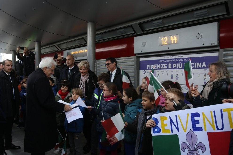 Cori e applausi, il presidente Mattarella a bordo della nuova tramvia