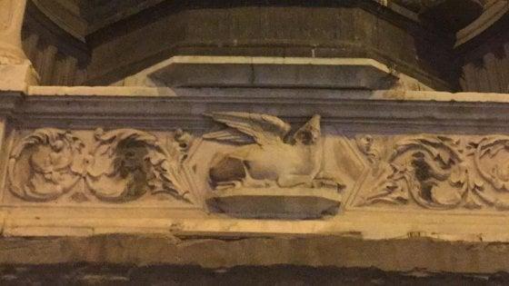 Firenze, ragazzo di 13 anni danneggia cornice di una statua