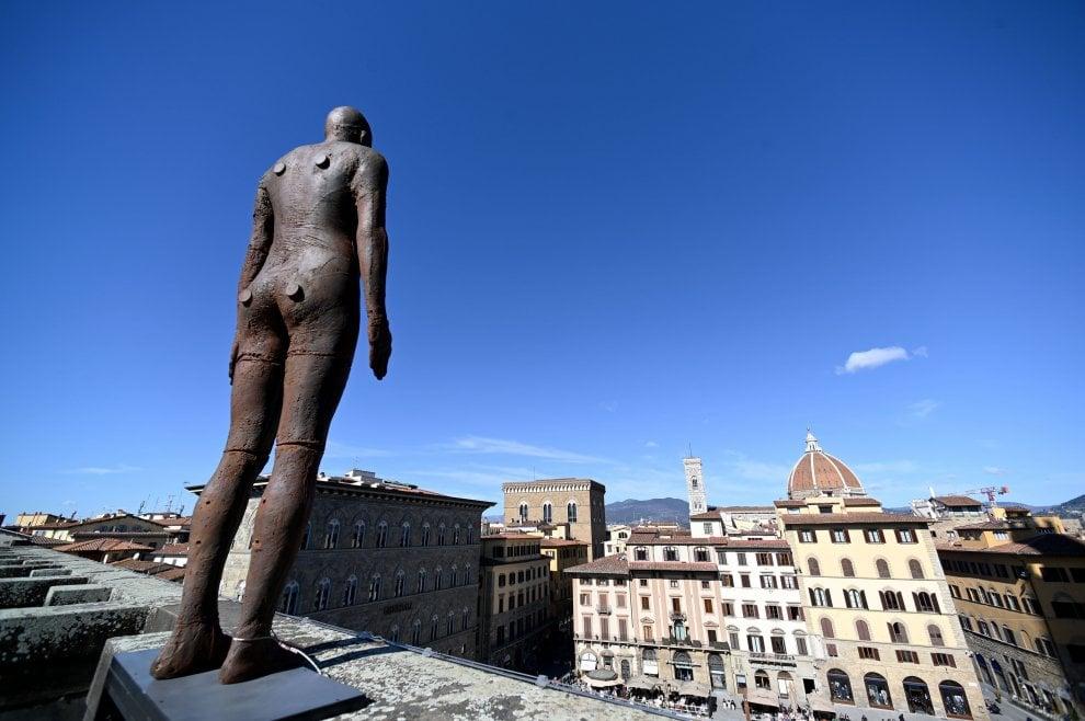 """Il corpo e lo spazio, le sculture di Antony Gormley """"invadono"""" gli Uffizi"""