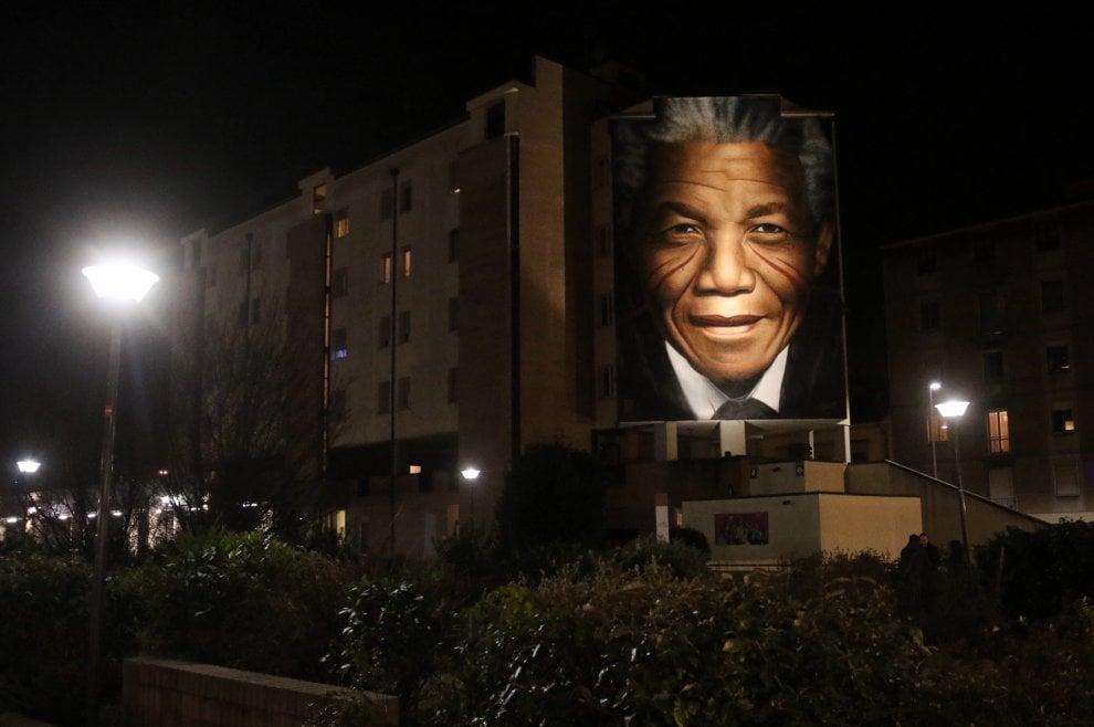 Firenze, si illumina il murale col volto di Nelson Mandela