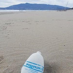 Ventotto anni in mare, la vita infinita della bottiglia