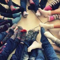 Carrara, tutti a scuola coi calzini spaiati nella Giornata mondiale della Sindrome di Down