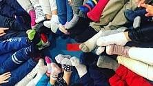 Tutti a scuola coi calzini spaiati nella Giornata mondiale della Sindrome di Down  foto