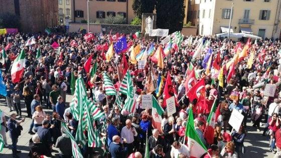 Prato, contro il presidio di Forza nuova in piazza migliaia di persone. Tensione e cori contro Gad Lerner