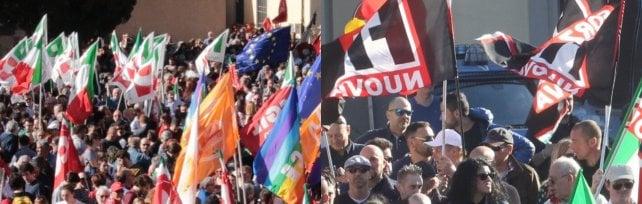 Prato, 5mila in piazza contro il presidio di Forza nuova. Tensione e cori contro Gad Lerner   video