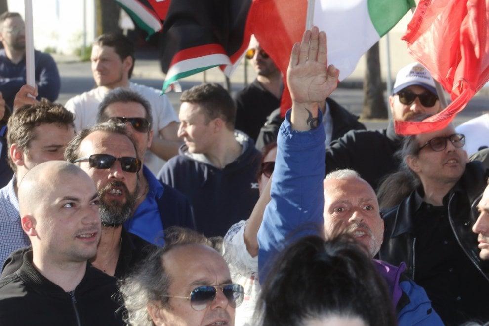 Prato, 150 militanti al presidio di Forza Nuova: momenti di tensione e cori contro Gad Lerner