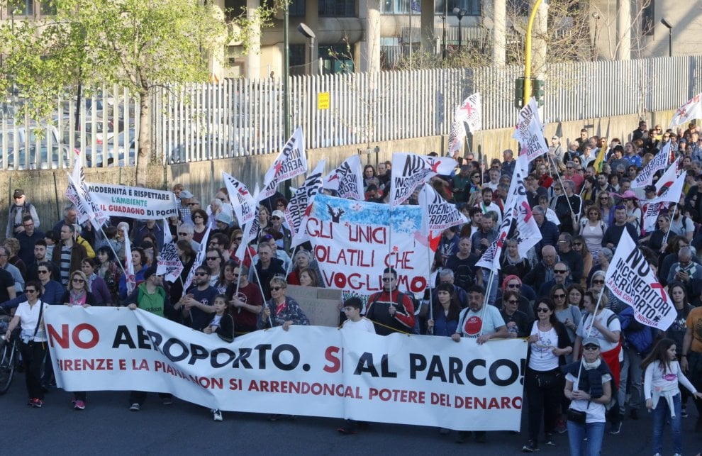 Firenze, in tremila alla manifestazione contro la nuova pista dell'aeroporto