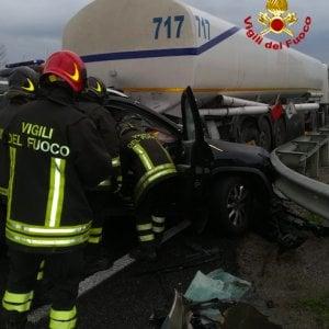 Auto contro autocisterna nel Grossetano, morto un medico dell'Asl di Livorno