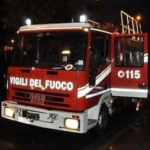 A Prato incendio nella notte, evacuati cinque appartamenti