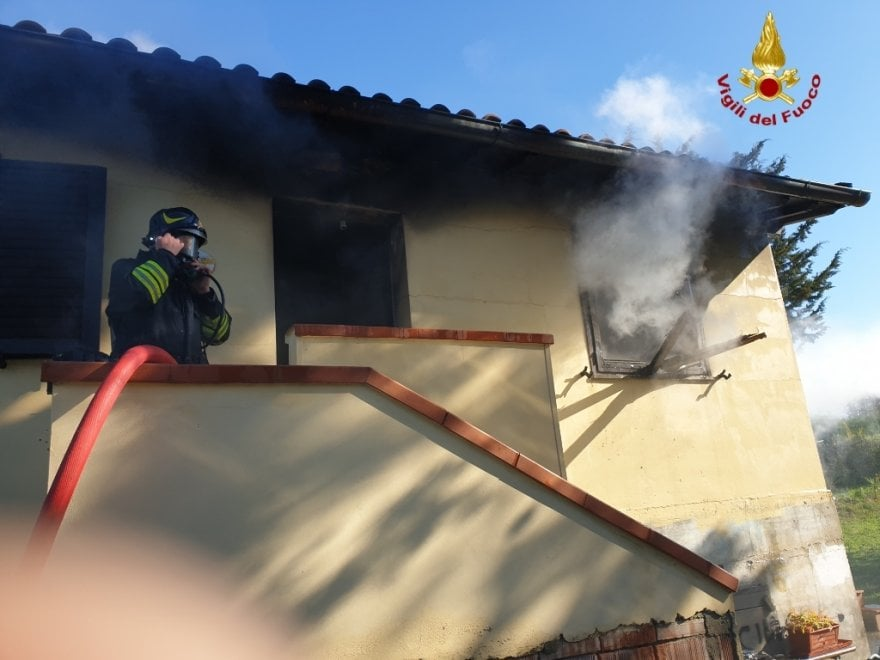 Livorno, incendio in una casa: ustionato uomo di 72 anni