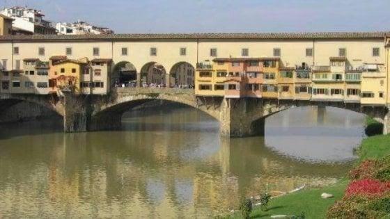 Firenze, scrive su un muro di Ponte Vecchio: denunciata turista