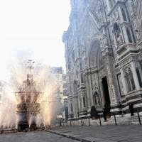 Firenze, Pasqua: colombina missione compiuta, il carro si incendia