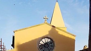 Capalbio, la chiesa restaurata  è gialla e scoppiano le polemiche