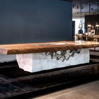 Marmo di Carrara e legno millenario della Nuova Zelanda: ecco il tavolo-gioiello da due milioni di euro