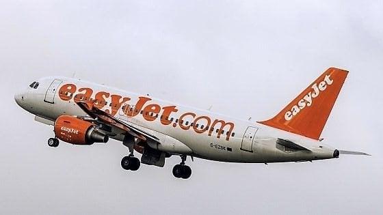 Aereo Londra-Pisa, tenta di aprire il portellone in volo ma viene bloccato