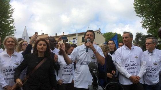 Salvini, tour elettorale in Toscana. Striscioni contro il leader della Lega a Scandicci