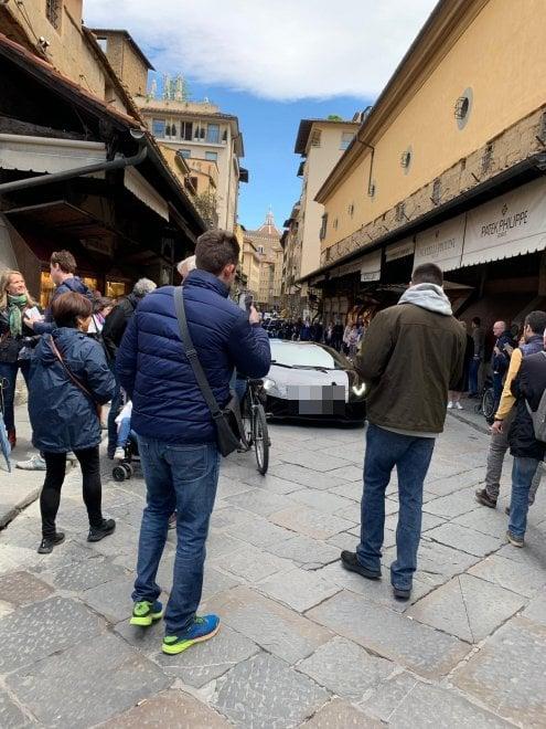 Firenze, con la Lamborghini sul Ponte Vecchio: fermato e multato turista tedesco