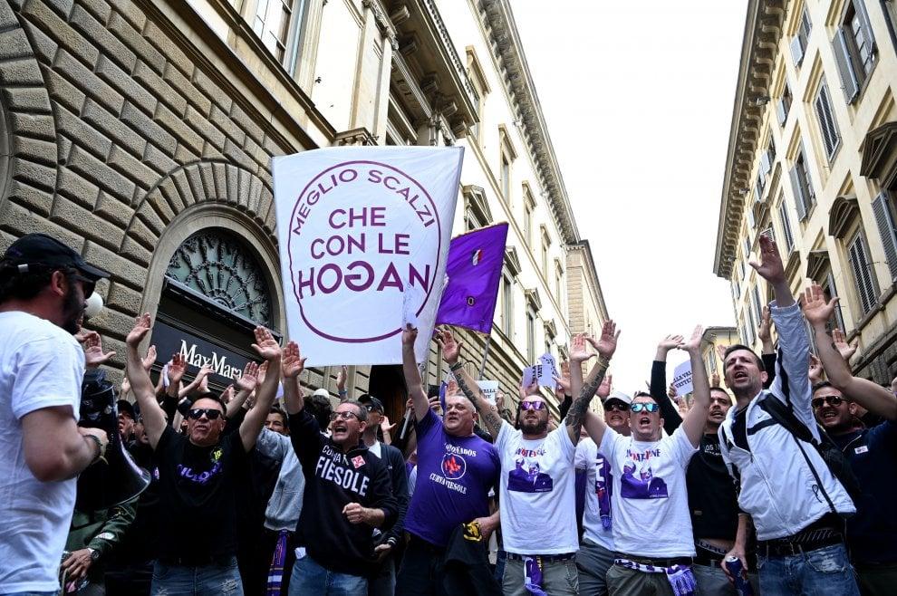"""""""Della Valle vattene"""", in 600 al flash mob dei tifosi della Fiorentina contro la società"""