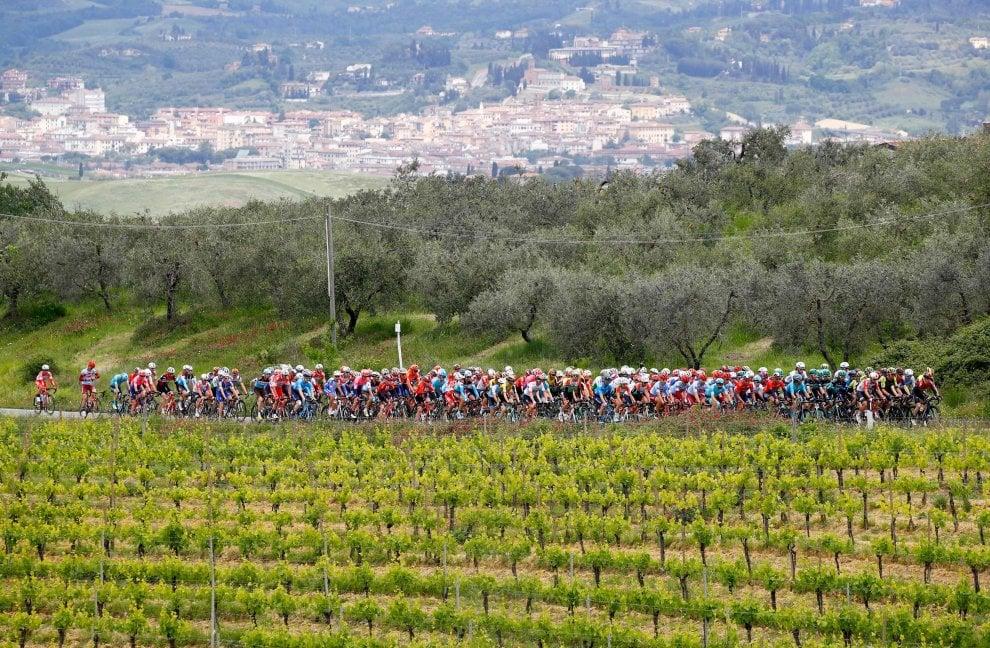 Giro d'Italia, che spettacolo i corridori nella campagna tra Vinci e Orbetello