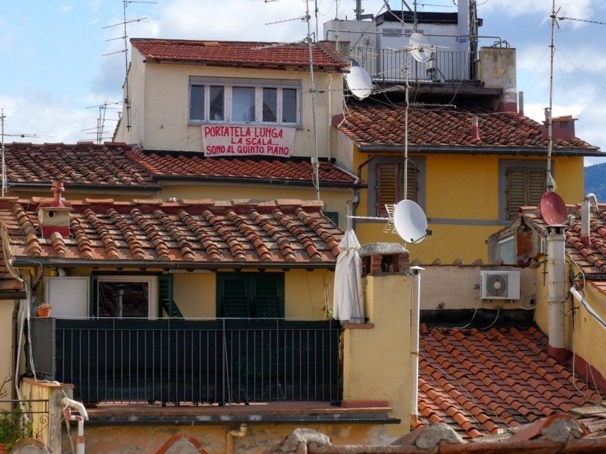 """Firenze, striscione anti-Salvini: """"Portatela lunga la scala. Sono al quinto piano"""""""