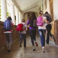 Strattona un alunno: sospeso un professore di una scuola media dell'Aretino