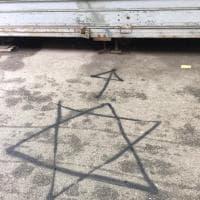 Livorno, scritte antisemite su un banco e una serranda del mercato
