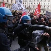 Firenze, cariche della polizia per fermare i manifestanti anti Salvini