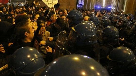 Scontri tra i manifestanti anti Salvini e la polizia a Firenze, in arrivo denunce