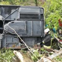 Siena, si ribalta bus di turisti: morta una donna e 37 feriti