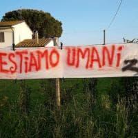"""""""Restiamo umani"""": lenzuoli anti-Salvini a Cascina, Comune guidato da sindaca della Lega"""